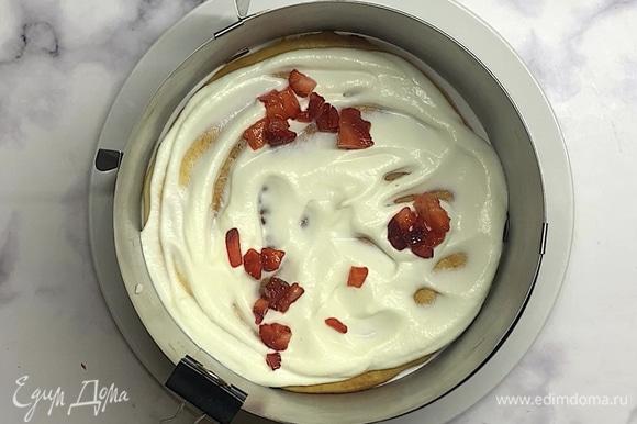 Готовим крем. Сливки взбиваем до увеличения около 5–7 минут. Добавляем творожный/сливочный сыр и сахарную пудру. Взбиваем еще 1 минуту, чтобы все хорошо перемешалось. Собираем торт в кольце. Выкладываем корж, сверху — слой крема и мелко нарезанную клубнику, затем вновь корж и повторяем крем и клубнику. На последний корж сверху выкладываем крем и разравниваем поверхность.