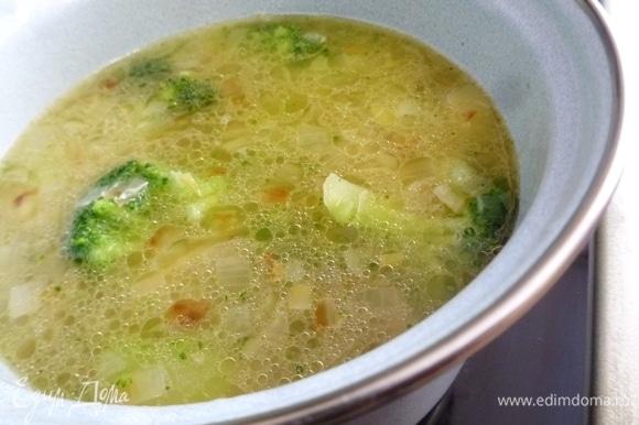 Положить в суп брокколи, довести до кипения и варить минут 7–10 до мягкости. Посолить, добавить перец, влить сок лимона по вкусу. Можно добавить щепотку сахара. Пока варится суп, слайсы бекона поджарить до хруста на сухой сковороде. Выложить на салфетку.
