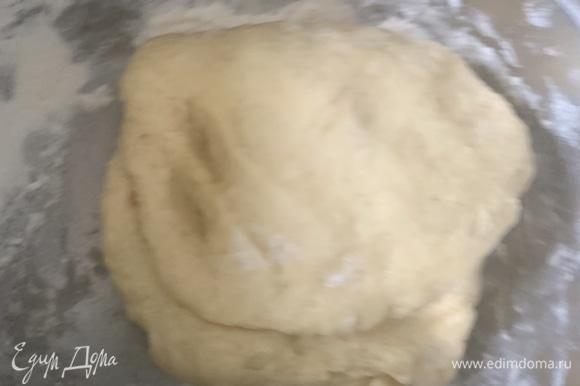 Муки, возможно, уйдет больше или меньше. Тесто должно быть мягким и эластичным, не должно липнуть к рукам.