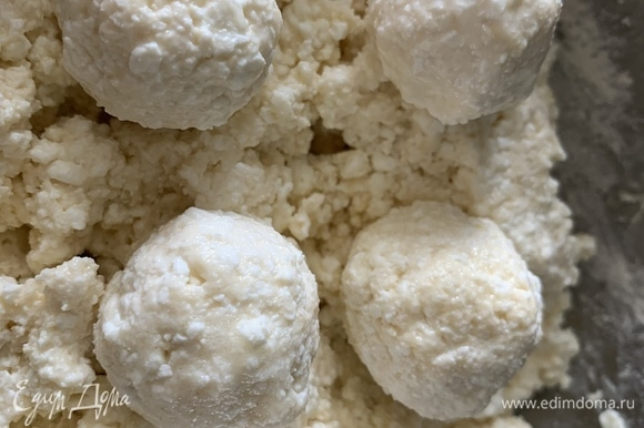 Добавляем муку, вымешиваем и формируем «Бомбочки» размером с грецкий орех.