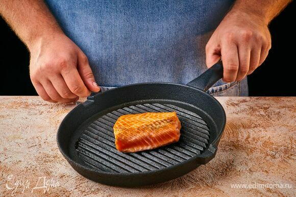 Семгу посолите, поперчите, полейте 2 ст. л. оливкового масла, выложите на разогретую сковороду-гриль и пожарьте до готовности с двух сторон.