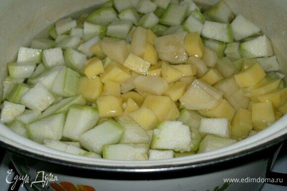 В кастрюлю с водой положить картофель и кабачок, довести до кипения, убавить огонь. Немного посолить и варить почти до готовности овощей.