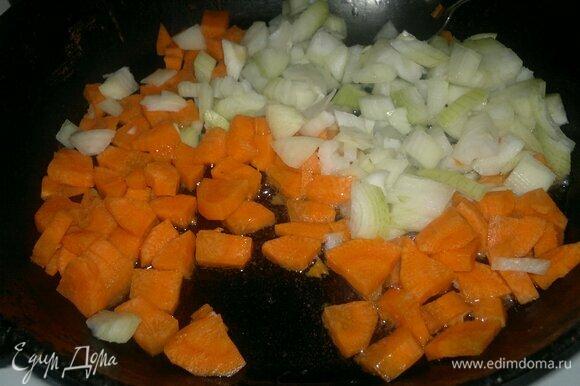 Лук и морковь почистить, вымыть, обсушить. Лук нарезать мелко, морковь — небольшими ломтиками. В сковороде разогреть растительное масло и обжарить лук с морковью до мягкости и легкого румянца.