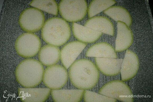 Сковороду-гриль смазать 1 ч. л. растительного масла, разогреть. Выложить кабачки, обжарить с одной стороны 1 мин.