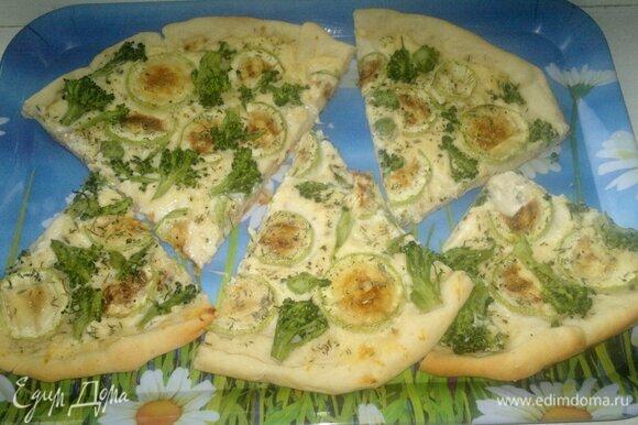 Разрезать пиццу на порции. Угощайтесь! Приятного аппетита!