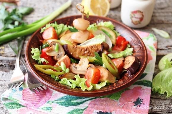 Копченые овощи уже хороши как гарнир с шашлыком или барбекю. Если они останутся, то можно приготовить вкусный салат. Овощи нарезать кусочками поменьше. Добавить зелень и помидорки черри. Посолить крупной солью, свежемолотым перцем и сдобрить оливковым маслом. Это очень вкусно!
