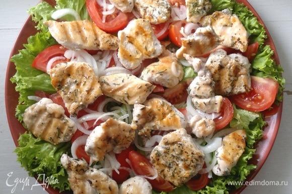 Выложить кусочки курицы на овощи.