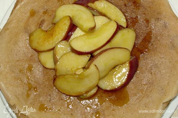 Выкладываем яблоки на блины, поливаем образовавшимся соусом.