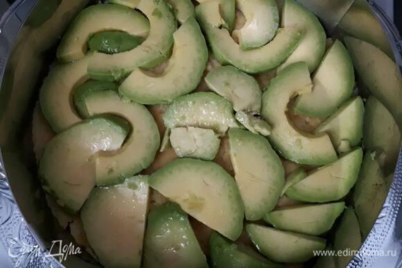 Каусу удобно выкладывать в кондитерском круге. Выложите на дно пюре картофеля, на него — слой авокадо, затем — слой яблок. Сбрызните лимонным соком, чтобы фрукты не почернели.