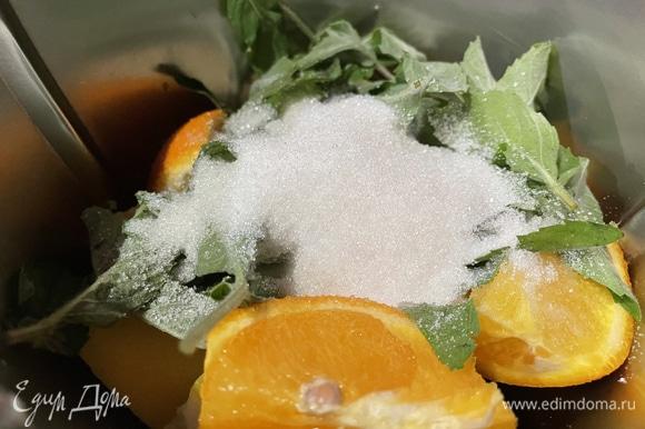 Поместите в чашу блендера апельсины, лимоны, имбирь, мяту и сахар. Сахара я добавляю от 150 до 200 г, зависит от цитрусовых.