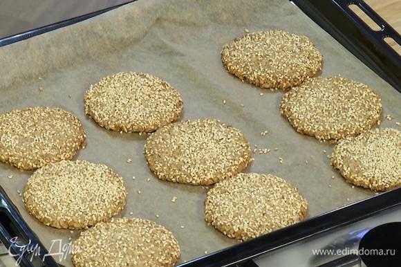 Выпекать печенье в разогретой духовке 10–12 минут.