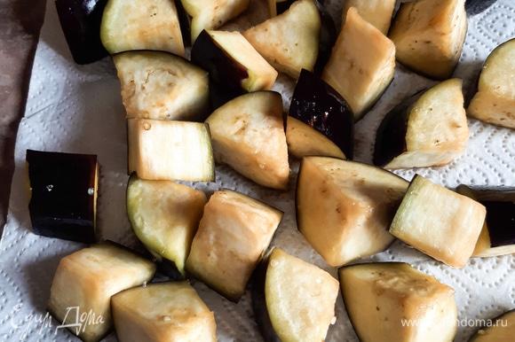 Баклажан нарезать крупно. Добавить к 1 л воды 2 ст. л. соли. Опустить баклажаны в соленую воду на 30 минут. Затем очень тщательно обсушить их полотенцем.