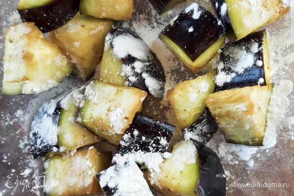 Разогреваем масло для фритюра (170°C). Очень тщательно поливаем порцию баклажанов в крахмале.