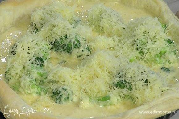 Снять с подпеченного коржа бумагу с бобовыми, наполнить его начинкой, посыпать оставшимся сыром и выпекать еще 15–20 минут.