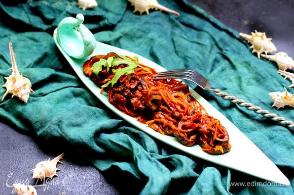 Вливаем соевый соус и томатную пасту, перемешиваем.
