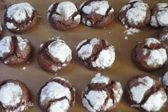 Выпекать в верхней части духовки 12–15 мин. Только не пересушите. Печенье должно быть с тонкой хрустящей корочкой и мягким внутри.