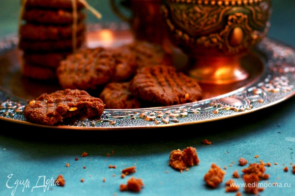 Разделить тесто на 25 шариков (количество будет зависеть от выбранного размера печенья), выложить на пергамент, сплющить с помощью вилки, сделав узор в виде решетки.