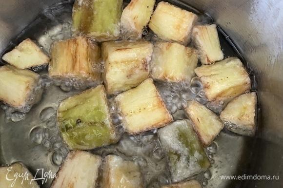 В сотейнике с толстым дном разогреть растительное масло для фритюра. Огонь средний! Обжарить баклажаны до золотистой корочки, переворачивая периодически. Достать, выложить на бумажные полотенца, чтобы впитался лишний жир.