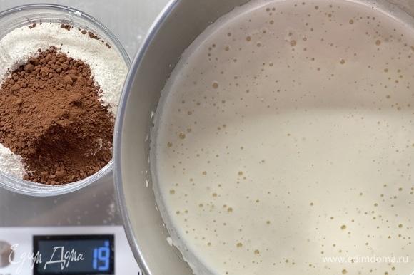 Просеять муку, крахмал, какао, соду, разрыхлитель и перемешать. Смешать с жидкими ингредиентами.