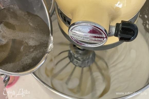 Очень холодные сливки взбить до пиков, добавить холодную сгущенку, взбить. В конце тонкой струйкой влить желатин, взбить до пышности.