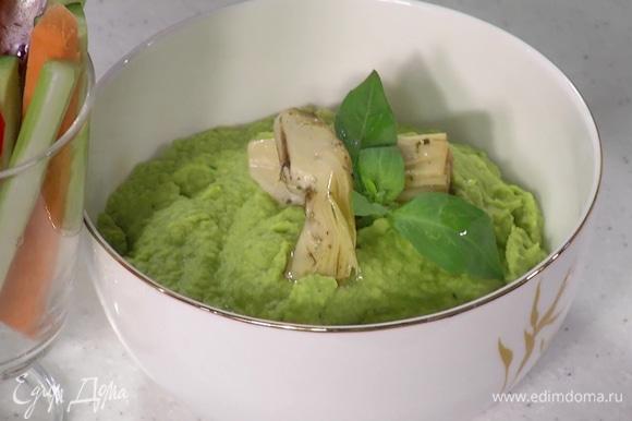 Все овощи нарезать тонкими брусочками и подавать с хумусом.