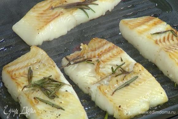 Разогреть сухую сковороду-гриль и обжаривать филе по 2–3 минуты с двух сторон до готовности.