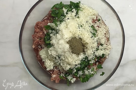 Берем фарш (говядина и свинина), добавляем измельченный лук, нарезанную зелень, промытый рис, соль и черный перец по желанию.