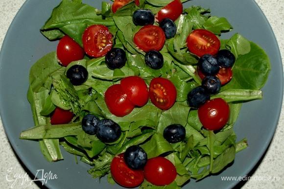 Салат заранее промыть и дать стечь воде. Помидоры черри разрезать на две половинки. В тарелку кладем салат, добавляем помидоры черри и голубику.