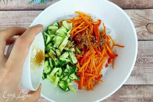 Полить ею фунчозу с овощами и дать настояться минимум один час, а лучше ночь.
