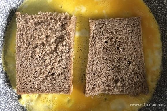 Яйца взбить с солью до образования однородной массы, вылить в разогретую сковороду, смазанную небольшим количеством масла, сверху положить кусочки хлеба на некотором расстоянии друг от друга (как на фото).