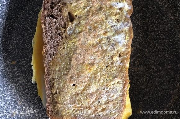Как только выложили всю начинку, сразу сворачиваем наш сэндвич и накрываем сковороду крышкой на 2–3 минуты, чтобы сыр успел растаять. Подавать горячим, приятного аппетита!