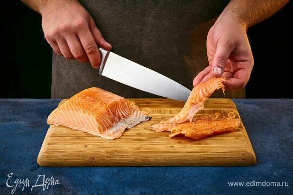 Для подачи нарежьте лосося небольшими кусочками.