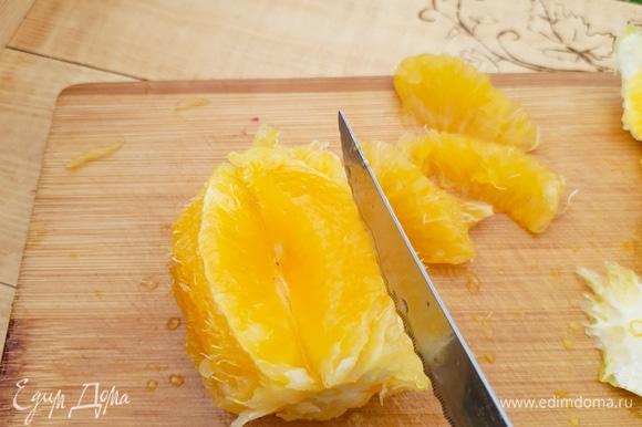 Затем вырезать дольки у апельсина между пленками таким образом, чтобы осталась только мякоть. Это делается для того, чтобы в джеме не было горчинки и жестких пленок.