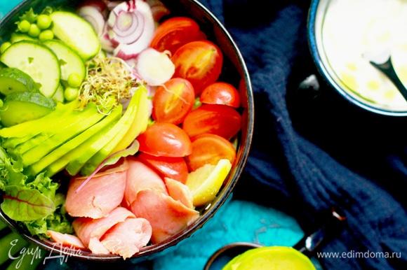 Моем и выкладываем в салатник ингредиенты, мысленно поделив тарелку на сектора. Выложить в каждый сектор свой ингредиент, огурец посыпать горошком в цвет.