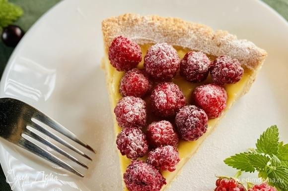 Остывший крем выложить в основу, разровнять, уложить ягоды и отправить в холодильник минимум на 1 час Перед подачей можно посыпать сахарной пудрой.