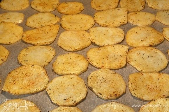 Духовку разогреть до 220–230°C. Противень застелить пергаментом, разложить картофель в один слой и запекать около 10 минут.