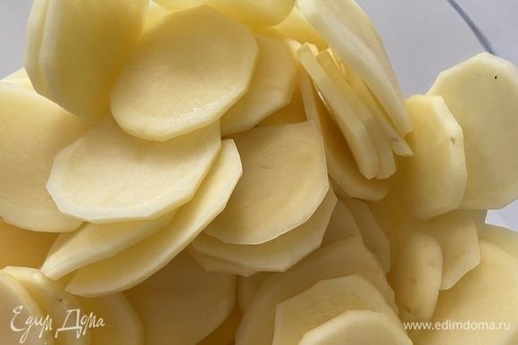 Картофель промыть, обсушить и нарезать на слайсы как можно тоньше. Замочить в холодной воде на 2 часа. Воду слить и очень хорошо просушить заготовки бумажными полотенцами.