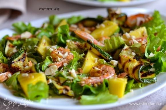 Готовый салат посыпаем рубленым миндалем или кедровыми орехами. Приятного аппетита!