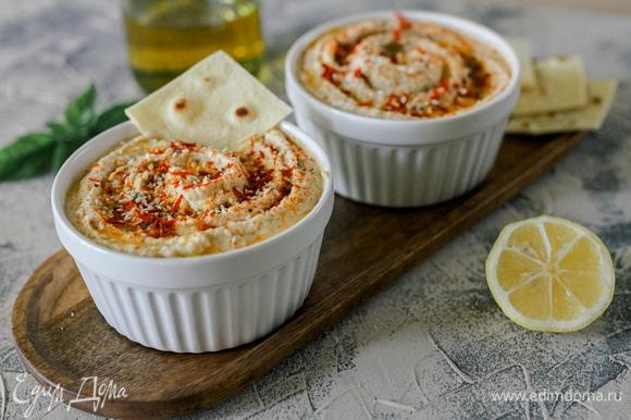 Переложить в глубокую чашку, сверху налить немного оливкового масла и посыпать рубленой петрушкой, паприкой, кунжутом или вялеными томатами. Приятного аппетита!