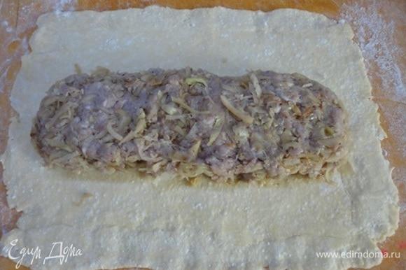 Фарш, соль, перец и мелко рубленый лук поместить в глубокую миску и мешать все 8–10 минут, пока масса не станет клейкой. Соединить с остывшим фаршем. Охлажденное тесто выложить на посыпанную мукой поверхность и раскатать в прямоугольник примерно 35 х 30 см. Фарш выложить по центру, отступая от краев.