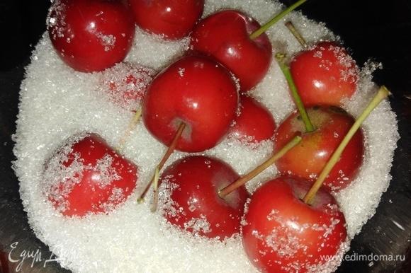 Яблоки моем, хвостики оставляем. Каждый плод накалываем зубочисткой в нескольких местах, пересыпаем сахаром, оставляем на 5 часов, периодически помешивая.
