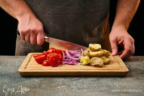 Помидоры черри и картофель разрежьте пополам, красный лук — перьями.