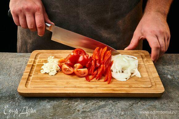 Лук и чеснок мелко порубите, болгарский перец нарежьте соломкой, помидоры черри разрежьте на 4 части.