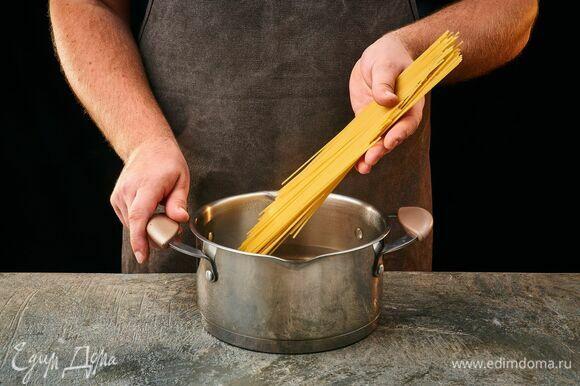Сварите спагетти до состояния al dente, согласно инструкции на упаковке. Слейте воду с пасты, но оставьте немного для приготовления.
