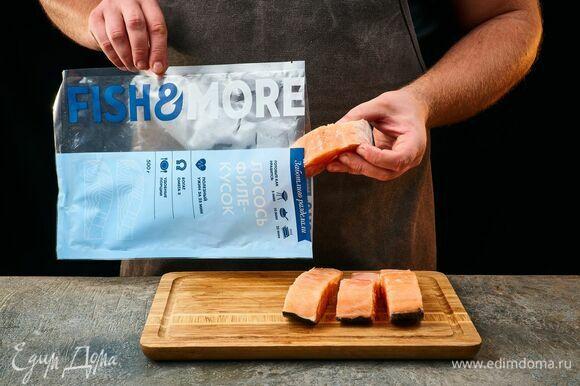 Филе-куски лосося Fish&More предварительно разморозьте, как указано на упаковке.
