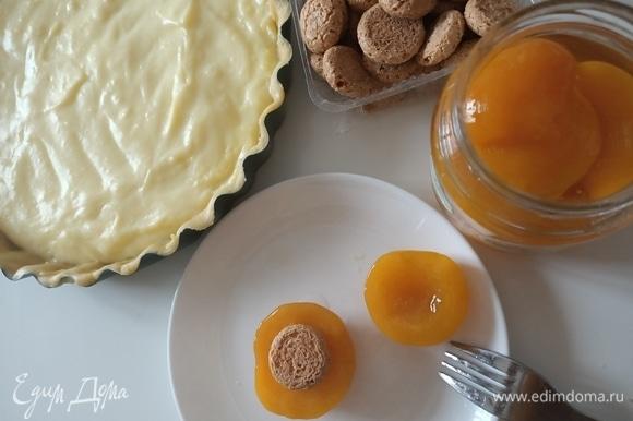 Далее берем половинки персика и в центр, где раньше находилась косточка, кладем печенье.