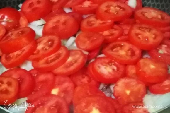 Добавить помидоры, посолить.
