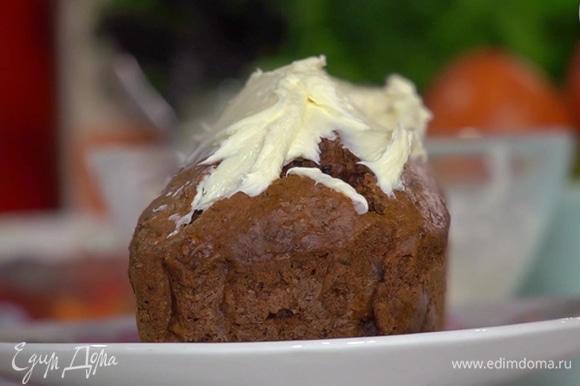 Приготовить крем, смешав силиконовой лопаткой сливочный сыр с сахарной пудрой, и нанести на остывший кекс.