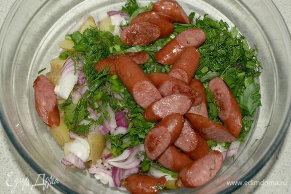Колбаски крупно нарезать и обжарить на сухой сковороде. Добавляем к остальным ингредиентам.
