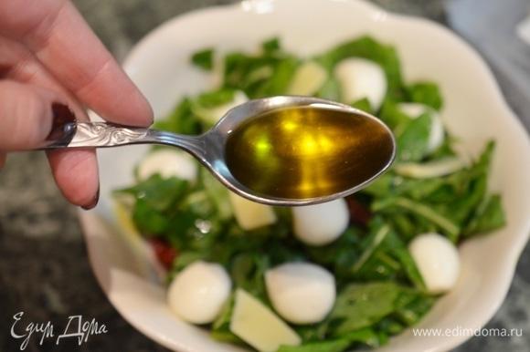 Посолите и заправьте маслом, в котором находились вяленые томаты.